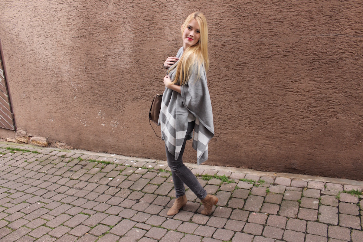 Fashion Look Outfit of the Day Cape grau weiß TheBlondeLion Pom Pom Tasche