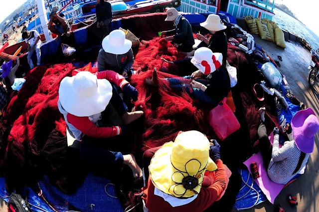 Sau mỗi chuyến ra khơi, lưới được các chị,em,vợ....đan lại để ngư dân sẵn sàng ra khơi bám biển tiếp.
