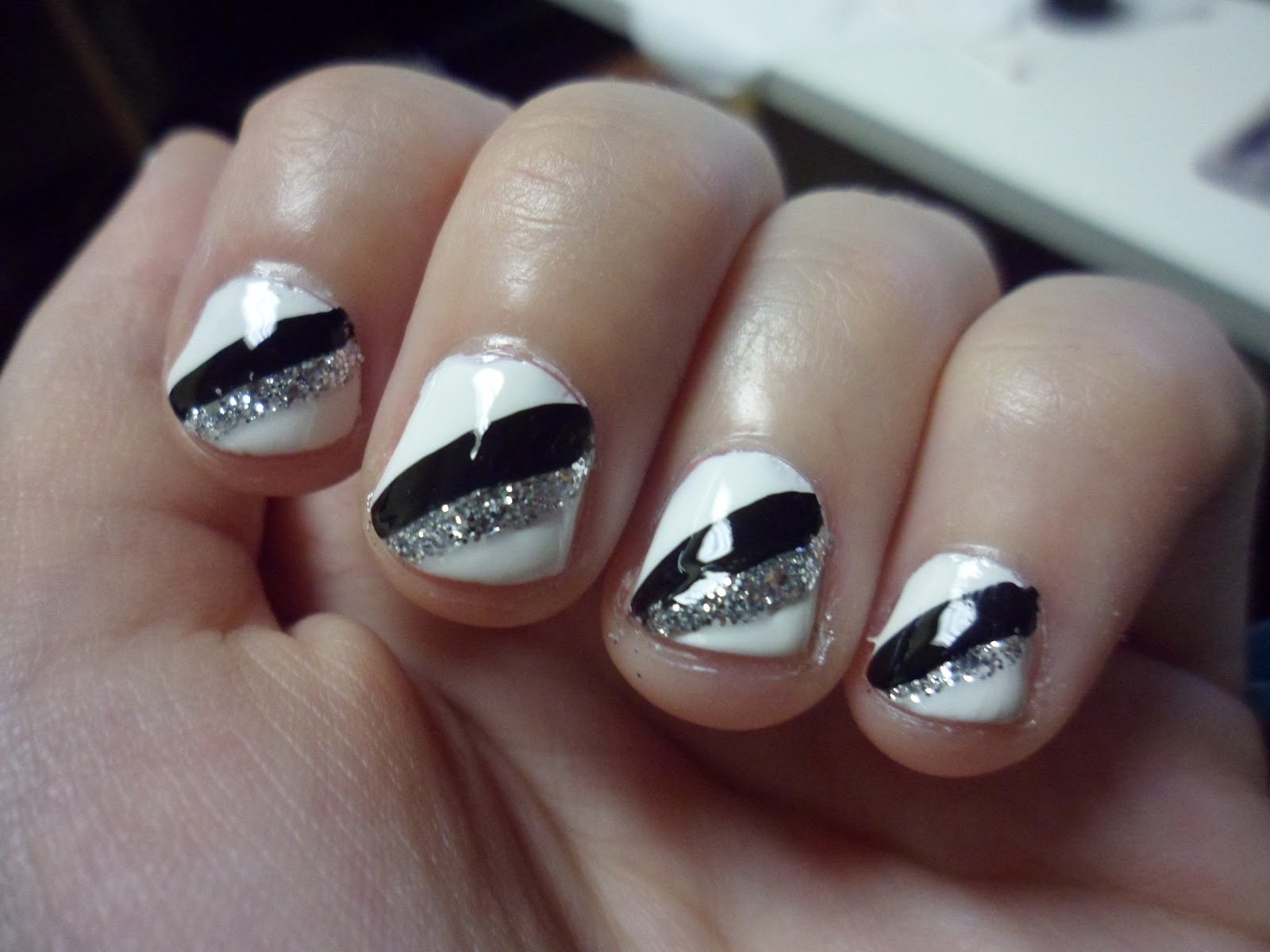 Luhivy's favorite things: Simple contrasting stripped Nail Art