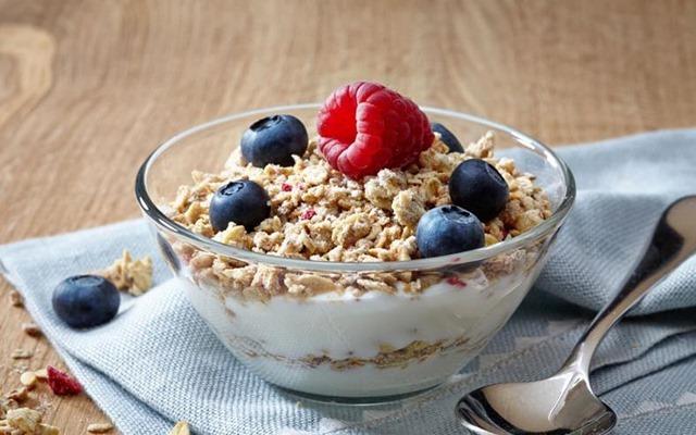 Cereal con Yogurt y Frutas