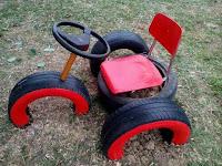 motocicleta de juguete hecha con neumaticos reiclados