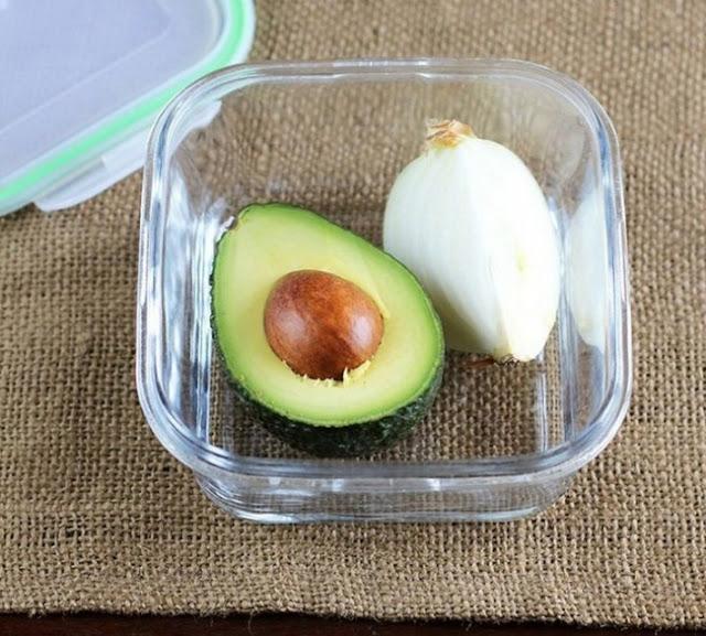 Para que o abacate não fique escuro, guarde-o junto a um pedaço de cebola.
