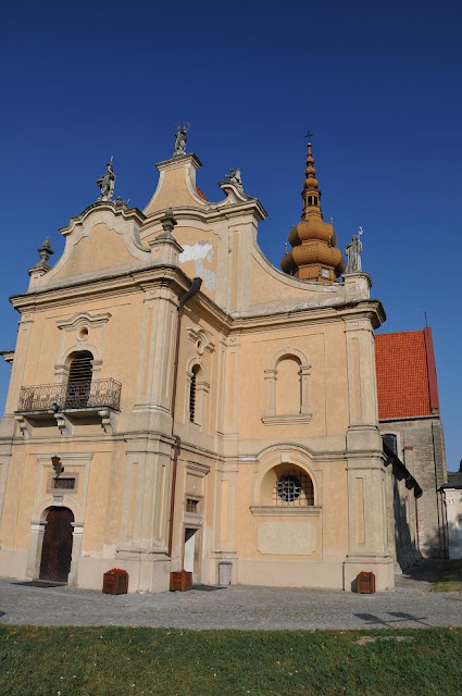 Zachodnia fasada późnoromańskiego kościoła pocysterskiego w Koprzywnicy