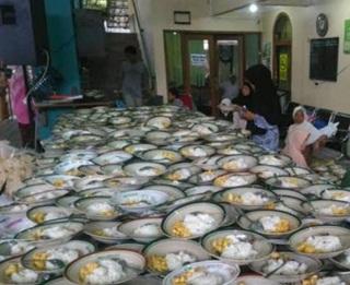 Wow!! Masjid ini Menyiapkan 1500 takjil Menggunakan Piring. Ini Alasan Mereka Melakukannya