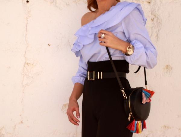 Pantalon culotte, blusa volante, bolso borlas