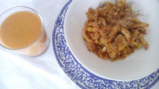 Fotografía de un plato de repollo con piña, tomate y pavo