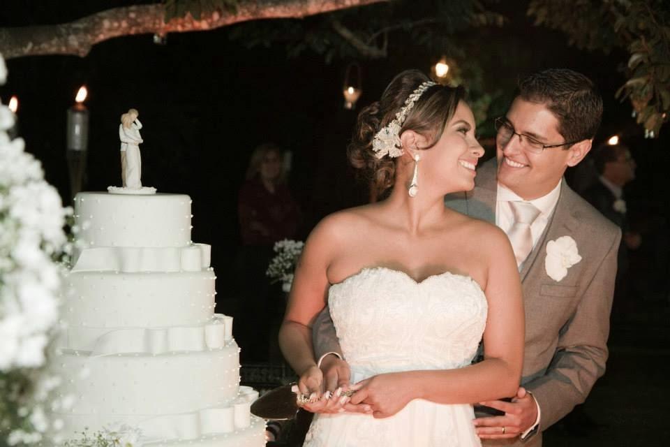festa - recepção - casamento ao ar livre - casamento a noite - noivos - corte do bolo - bolo - mesa do bolo - espátula