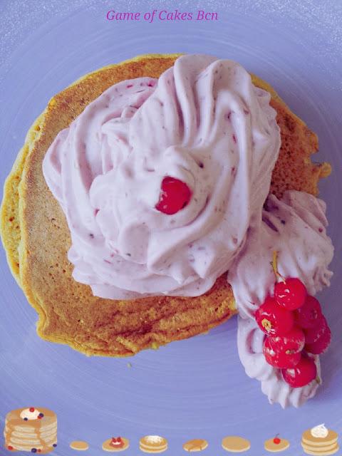 Tortitas sin gluten de harina de quinoa con nata montada de frutos rojos