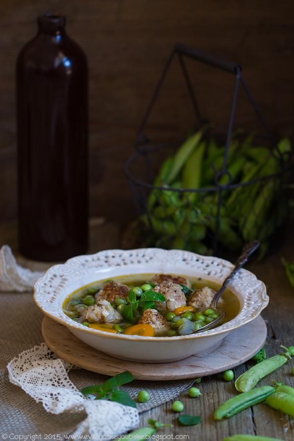 zupa z zielonego groszku z pulpecikami mięsnymi i wędzoną papryką