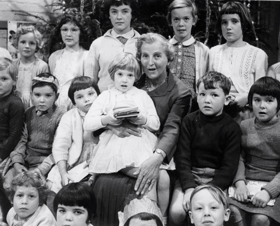 Photograph of Pupils of Water End School with Mrs Dorothy Colville 1960