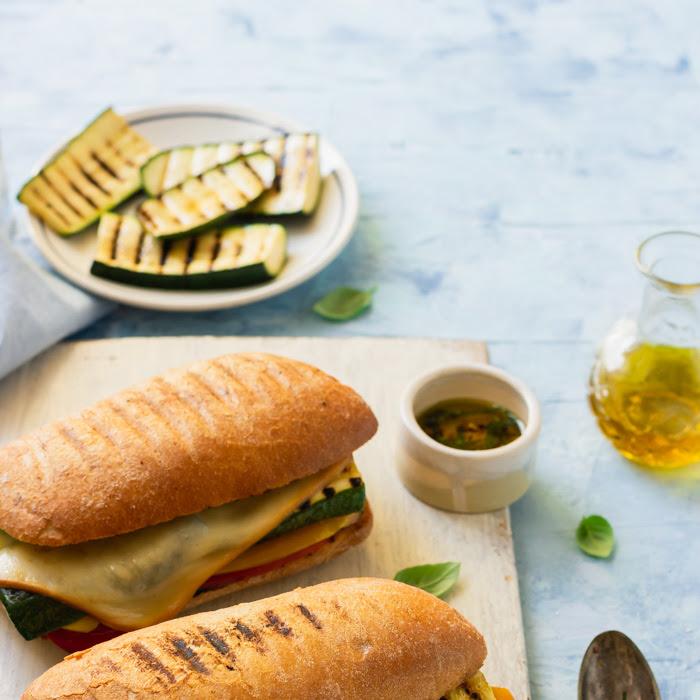 Kanapka panini z grillowanymi warzywami i idealnie stopionym serem żółtym