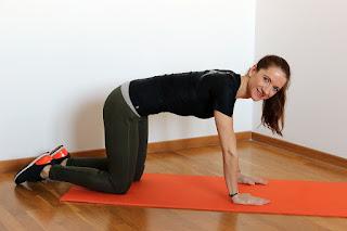 kobieta wykonuje pompki na macie, fitness, workout, kulturystyka, pompki, push-ups, test na 100 pompek, test stu pompek, przykład pompek