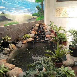 Kolam dengan dekorasi tebing