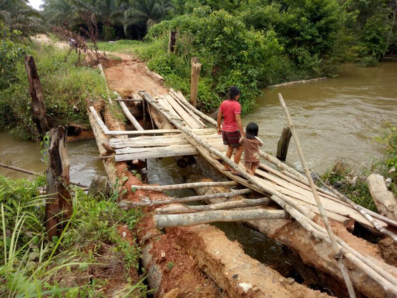 Warga Semadu saat melintasi Jambatan Sungai Sempali dengan kondisi rusak berat