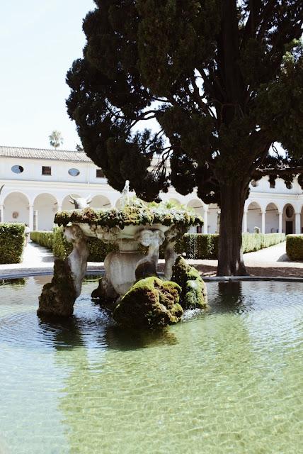 Michelangelon suunnitteleman luostarin sisäpiha