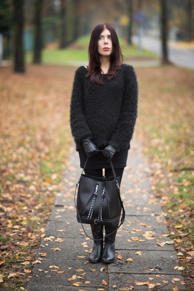 stylizacja futrzany sweter | total black look | czarne skórzane oficerki | futrzak | torba worek Zara | blogerka łódzka | blog modowy | blog szafiarski | Cukier Puder Vintage Store