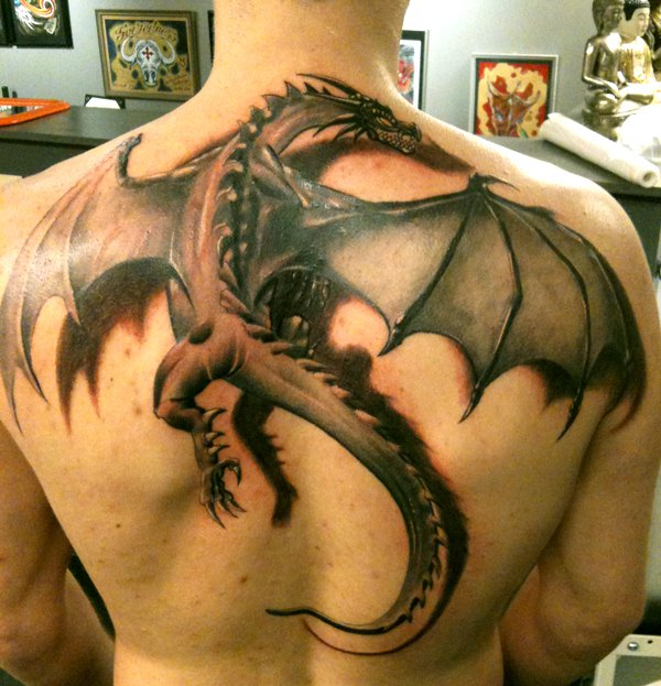 vemos el tatuaje de un dragon en la espalda