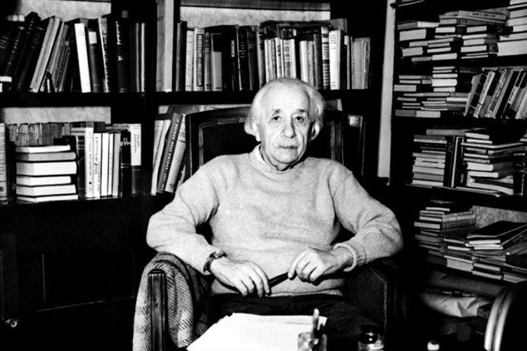 Einstein bir düşünceye konsantre olabilmek için hobileriyle ilgilenirdi, saatlerce iskambil kağıtlarından ev yapardı.