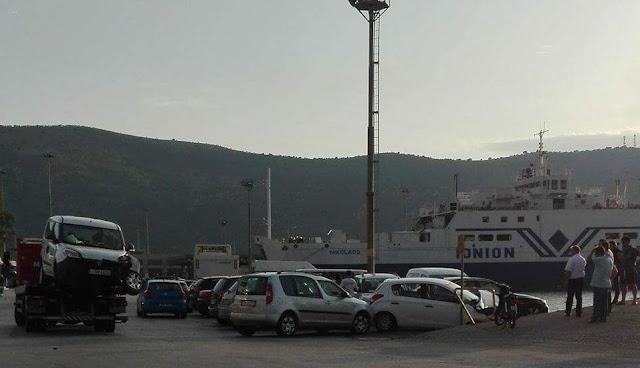 Θεσπρωτία: ΕΚΤΑΚΤΟ - Πλοίο έπεσε στο λιμάνι της Ηγουμενίτσας - Χτύπησε 2 ΙΧ και ένα μηχανάκι με δύο επιβάτες
