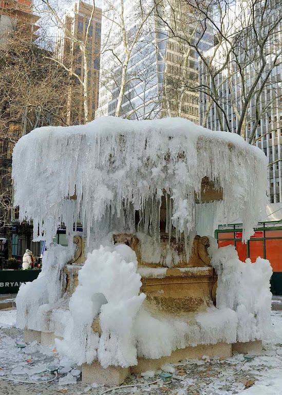 Fonte congelada pela atual onda polar, Bryant Park, Nova Iorque