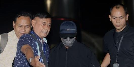 Tiba di KPK, 5 Orang yang Ditangkap Bareng Romy Kompak Tutupi Muka
