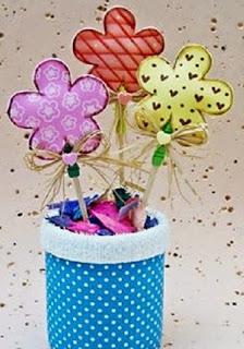 http://manualidadesreciclables.com/14643/palitos-con-flores-de-foami