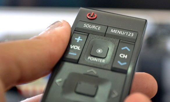 Controle remoto de Smart TV Samsung com 78 polegadas e tela curva 4K