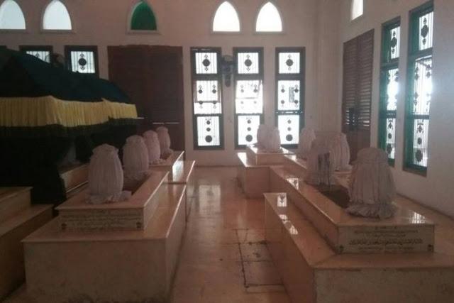 Menguak Fakta Dari Beredarnya Berita Makam Mbah Priok yang Mengeluarkan Cahaya