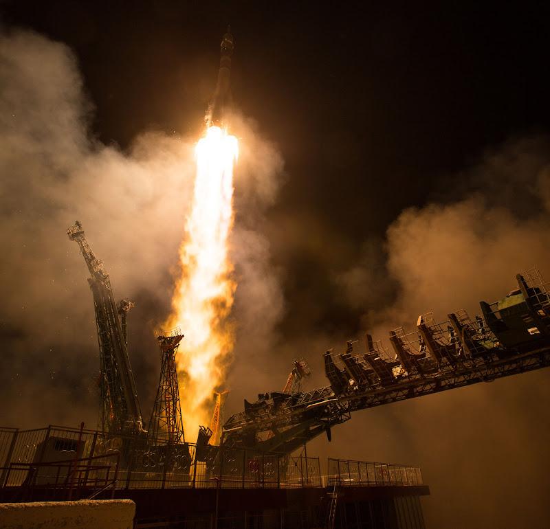 Một tên lửa Soyuz đang cất cánh bay lên tại Sân bay vũ trụ Baikonur ở Kazakhstan vào ngày 21 tháng 3 để đưa ba phi hành gia của sứ mệnh Expedition 55 lên Trạm Không gian Quốc tế. Phi hành gia Ricky Arnold và Drew Feustel của NASA cùng nhà du hành Oleg Artymov người Nga sẽ đến ISS sau chuyến đi kéo dài hai ngày trong tàu vũ trụ Soyuz MS-08. Hình ảnh: Joel Kowsky/NASA.