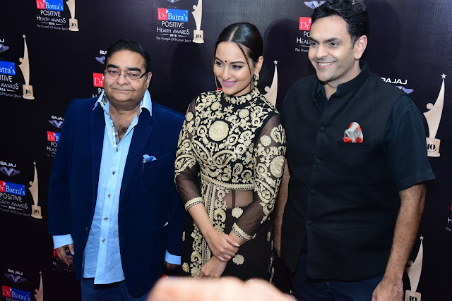 Dr. Mukesh Batra, Sonakshi Sinha and Dr. Akshay Batra at Dr. Batra's Positive Health Awards held in Mumbai on 23-Nov-16