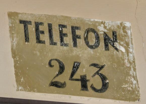 Тернополь. Валовая ул. Сохранившаяся довоенная надпись на фасаде дома с номером телефона