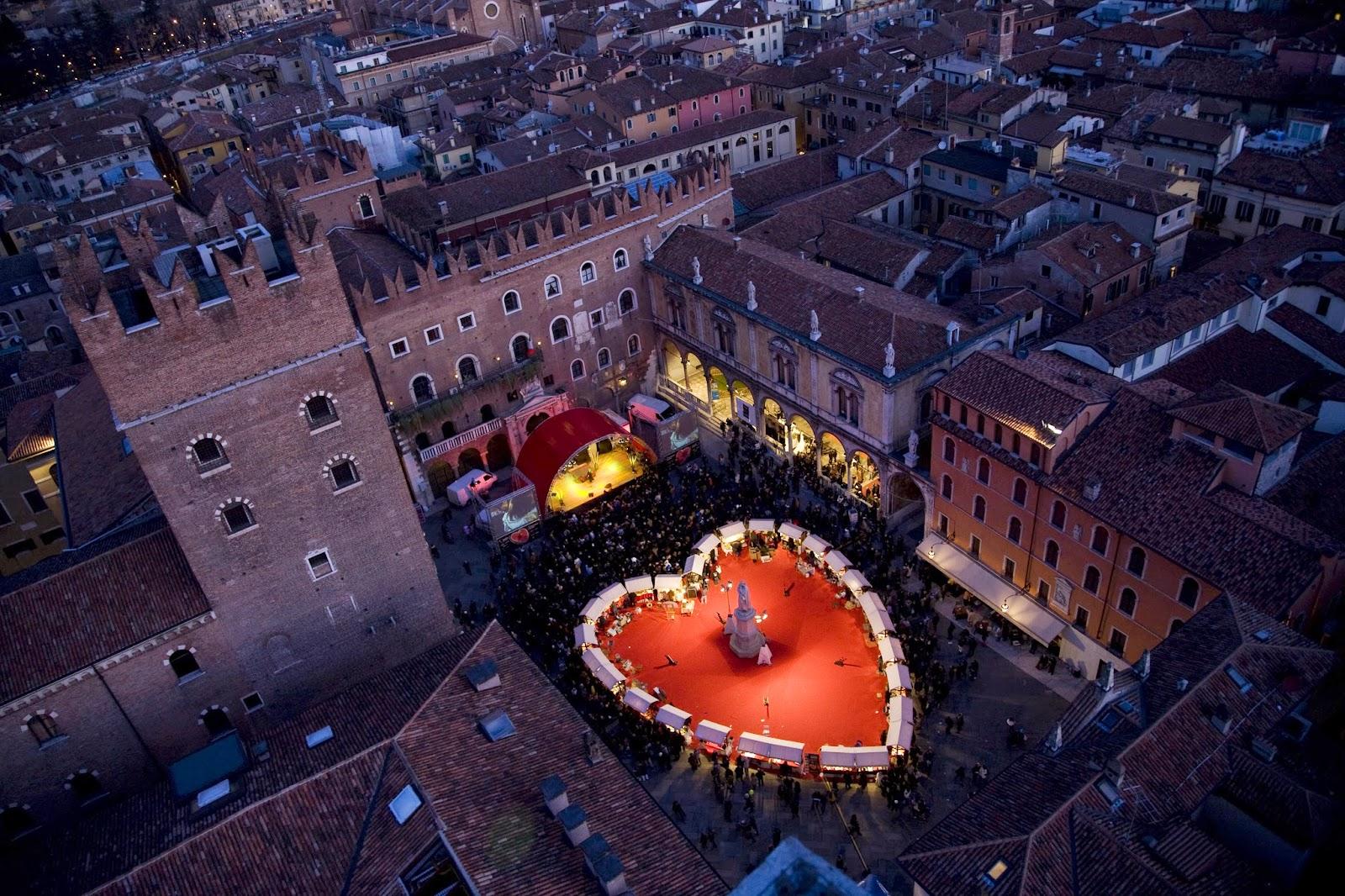 Piazza dei Signori a Verona, dove sorge l'annuale Verona in Love con i suoi mercatini.