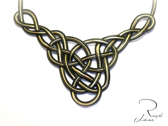 collar con nudo celta dorado y negro