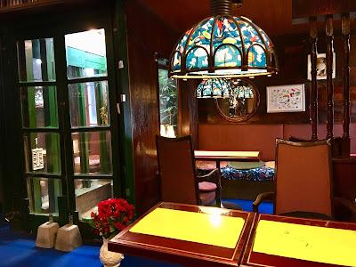 三軒茶屋にある喫茶店セブンのテーブルと椅子