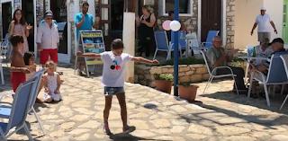 Καστελλόριζο: Απίστευτη πιτσιρίκα χορεύει ζεϊμπέκικο και ρίχνει το Facebook (Βίντεο)