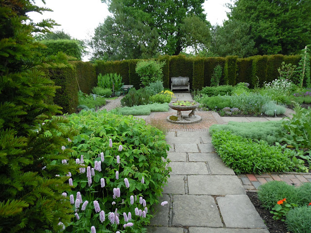 The Herb Garden, ogródek ziołowy, ścieżka z płyt kamiennych