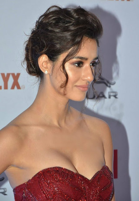 disha-patani-sexy-cleavage