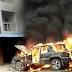 automóvil en llamas explota mientras curiosos lo grababan