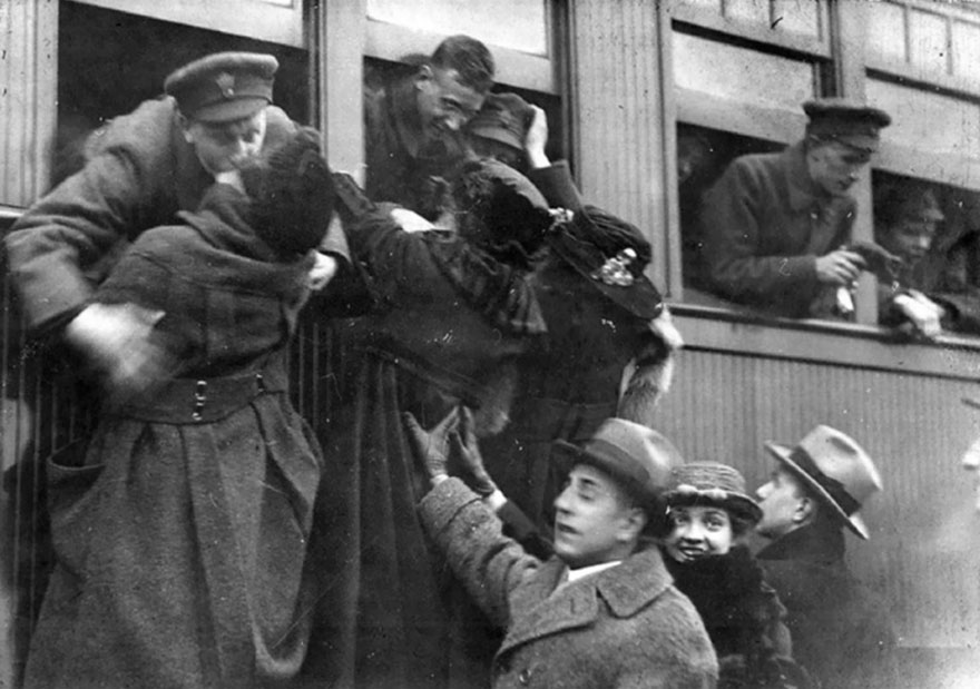 60 + 1 Heart-Warming Historical Pictures That Illustrate Love During War - Kissing Their Lovers Goodbye, Toronto, 1914