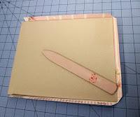 Marcamos y plegamos el papel para forrar las tapas del libro de firmas