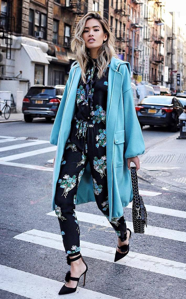 elegant fall outfit to try right now / blue coat + floral suit + heels + bag