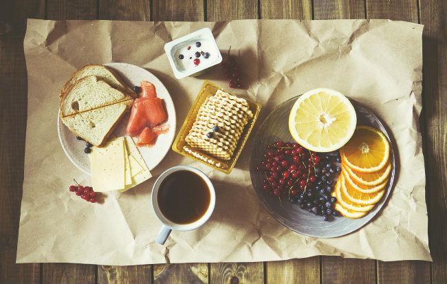 Cibi dolci e salati e tanta frutta a colazione