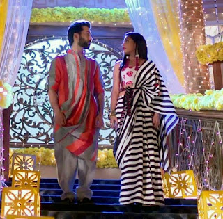 दृष्टि धामी मोनोक्रोम स्ट्राइप ब्लैक एंड व्हाइट सरी, Drishti dhami in stripe monochrome saree