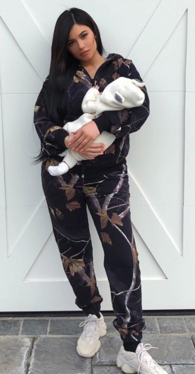 كايلي جينر ببيجامة من أليكساندر وانغ بعد الإنجاب