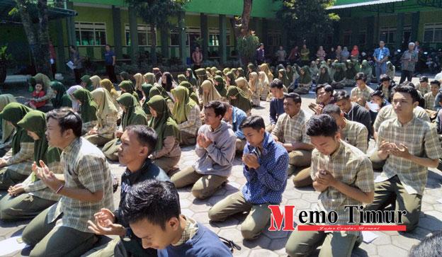 Pelajar dari SMA PGRI Lumajang merayakan kelulusan dengan doa bersama