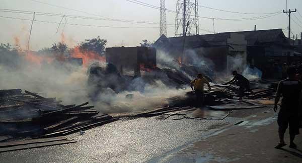 toko kayu di jalur pantura indramayu kebakaran
