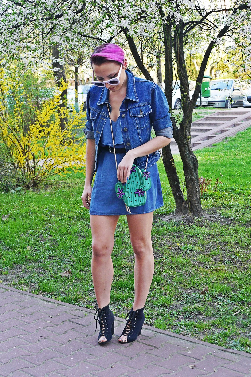 jeansowa_sukienka_torebka_kaktus_biale_okulary_koty_karyn_blog_120417b