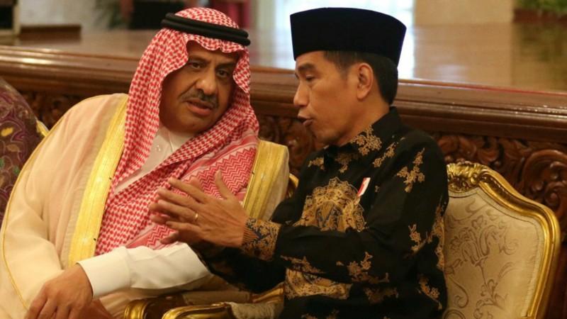 Presiden Joko Widodo berbincang dengan Pangeran Khalid bin Sultan Abdul Aziz Al Suud