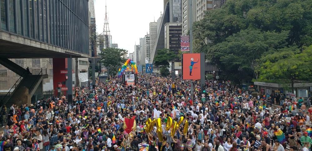 Público começa a lotar a avenida Paulista para a 22ª Parada LGBT