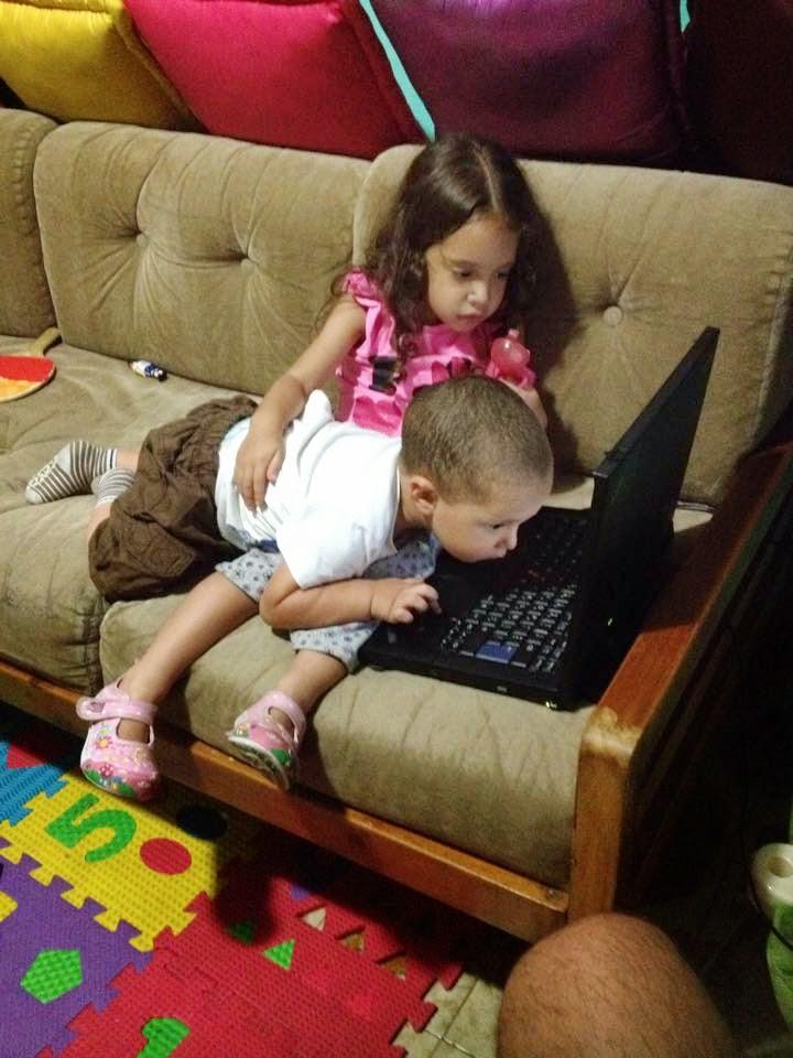 Fabian y Sophia viendo la computadora